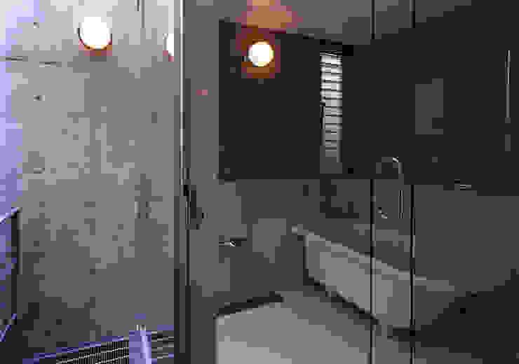 都市型貸店舗付狭小住宅 モダンスタイルの お風呂 の スタジオ4設計 モダン