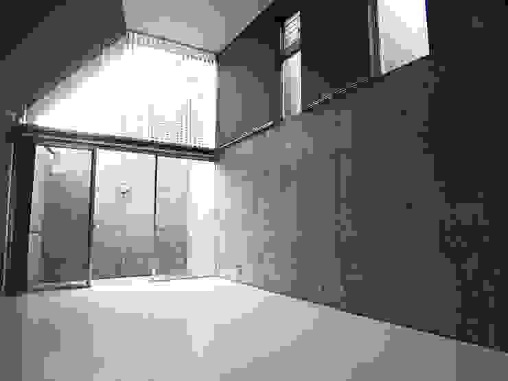 都市型貸店舗付狭小住宅 モダンデザインの リビング の スタジオ4設計 モダン