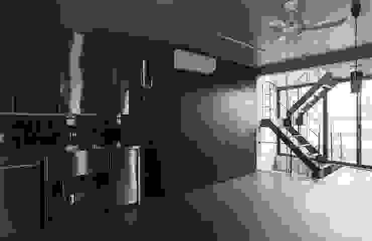 敷地13坪の鉄筋コンクリート造の都市型狭小住宅 モダンデザインの ダイニング の スタジオ4設計 モダン