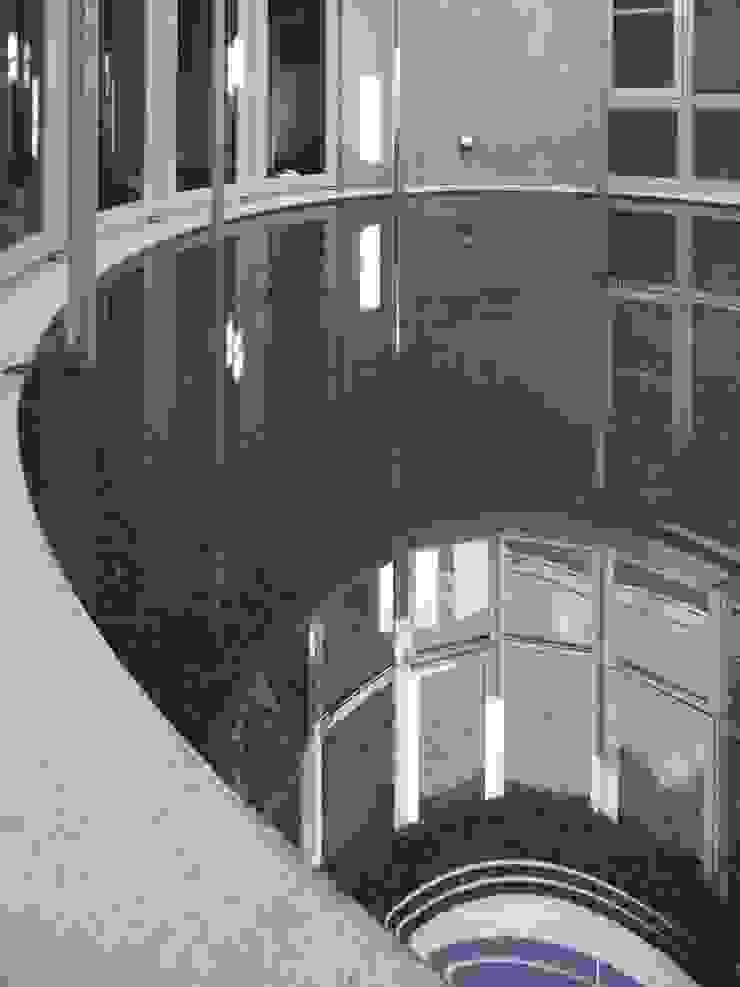 水盤のある都市型コンクリート住宅 モダンな庭 の スタジオ4設計 モダン