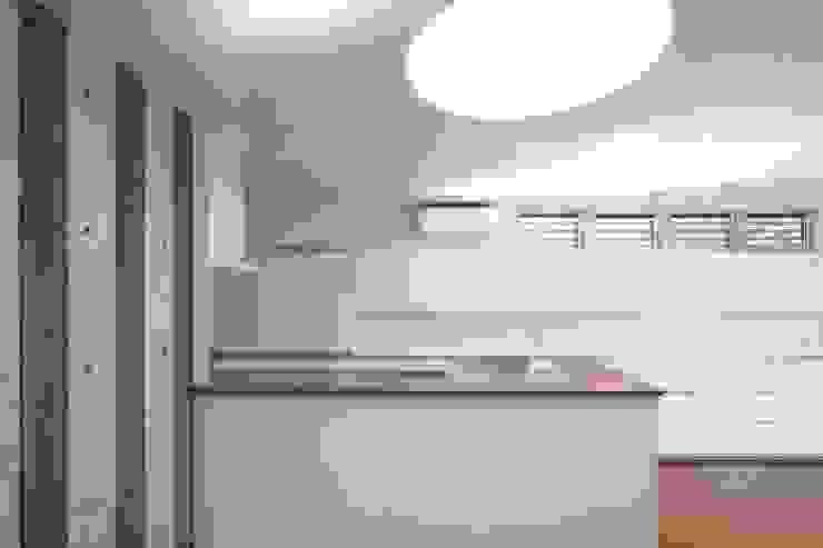 水盤のある都市型コンクリート住宅 モダンな キッチン の スタジオ4設計 モダン