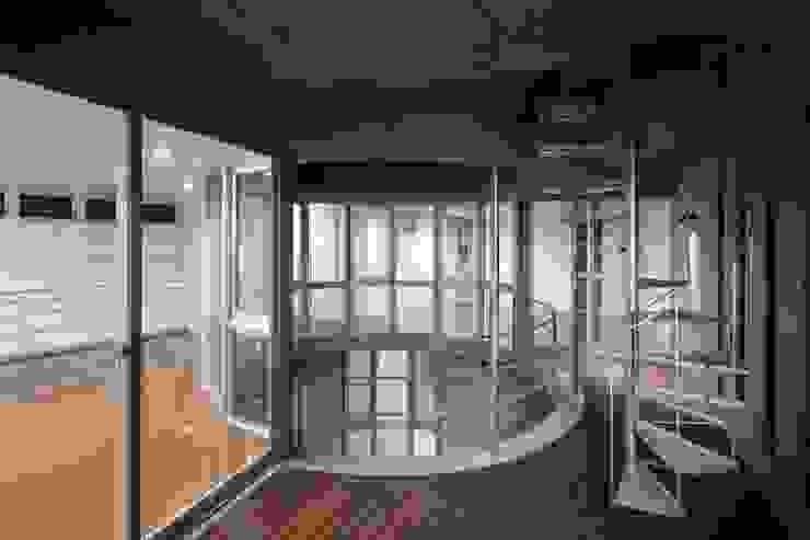 水盤のある都市型コンクリート住宅 モダンデザインの テラス の スタジオ4設計 モダン