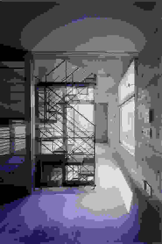 わずか12坪の敷地に建つコンクリートの家 モダンデザインの リビング の スタジオ4設計 モダン