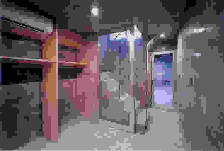 わずか12坪の敷地に建つコンクリートの家 モダンスタイルの寝室 の スタジオ4設計 モダン
