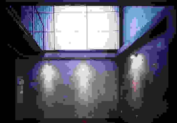 水盤のある家 モダンデザインの リビング の スタジオ4設計 モダン