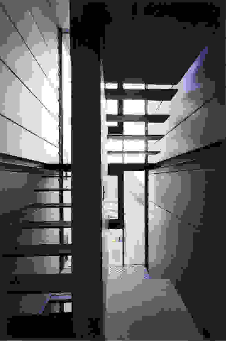都心商店街の一角にある狭小住宅 モダンスタイルの 玄関&廊下&階段 の スタジオ4設計 モダン