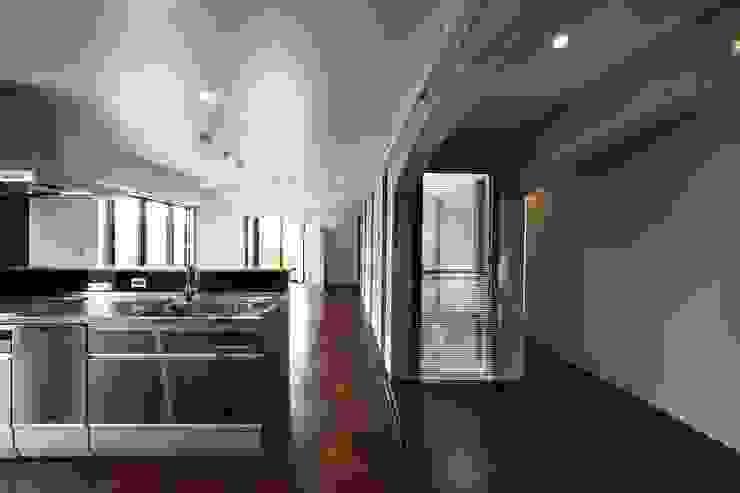 蔵のようなコンクリート住宅 モダンデザインの リビング の スタジオ4設計 モダン