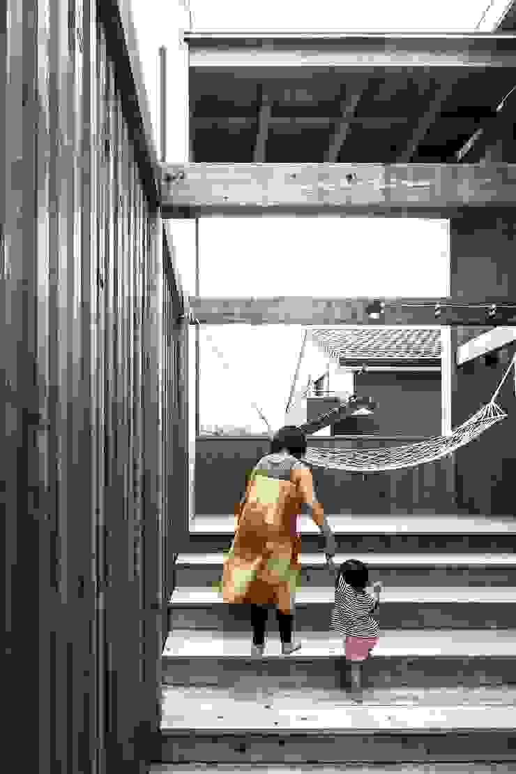 MST3-house. ラスティックな 庭 の AtelierorB ラスティック