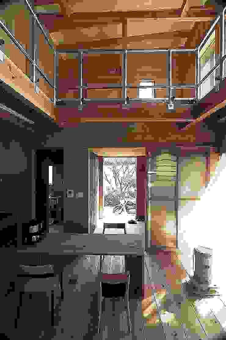 MST3-house. モダンデザインの ダイニング の AtelierorB モダン