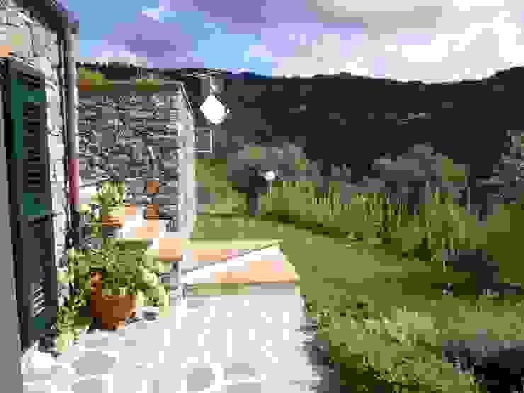 Casa degli ulivi, vivere fra terra a mare. Moneglia (Genova) Giardino in stile rustico di BaBo Design - Barbara Sabrina Borello Rustico