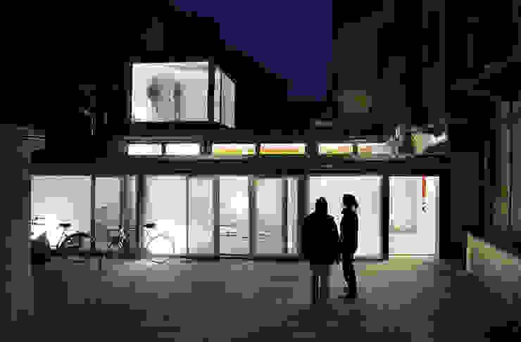 Trasformazione in studio di un'autofficina a San Salvario, Torino TRA - architettura condivisa Spazi commerciali in stile industrial