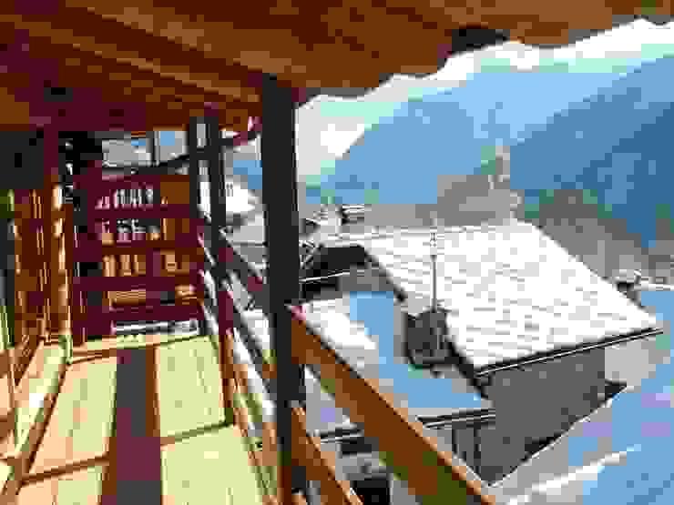 casa in valle d'aosta Balcone, Veranda & Terrazza in stile rustico di geroni modi di abitare sas Rustico