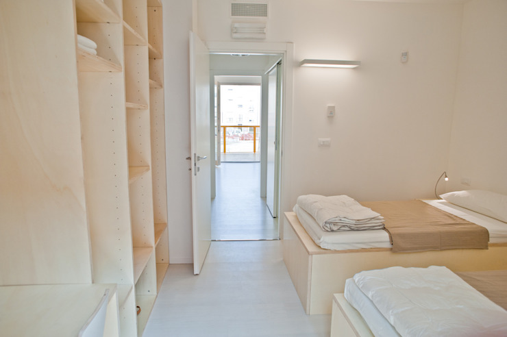 CasaZera: prototipo abitativo sostenibile in aree industriali dismesse, Torino Camera da letto in stile industriale di TRA - architettura condivisa Industrial