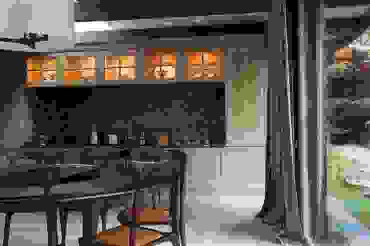 """<q class=""""-first"""">Дом у горного ручья</q> Кухня в классическом стиле от Арт-дизайн Студия Юрия Зубенко Классический"""