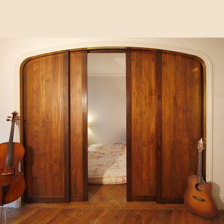 Custom made sliding teak doors Chambre rustique par Matahati Rustique