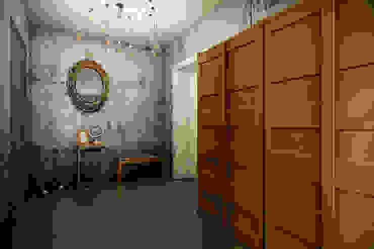 Pasillos, vestíbulos y escaleras de estilo industrial de CO:interior Industrial