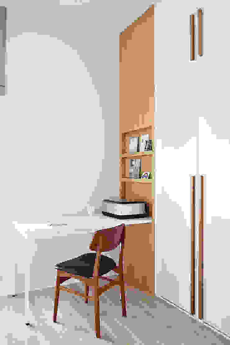 Apartament SW Skandynawskie domowe biuro i gabinet od PB/STUDIO Skandynawski