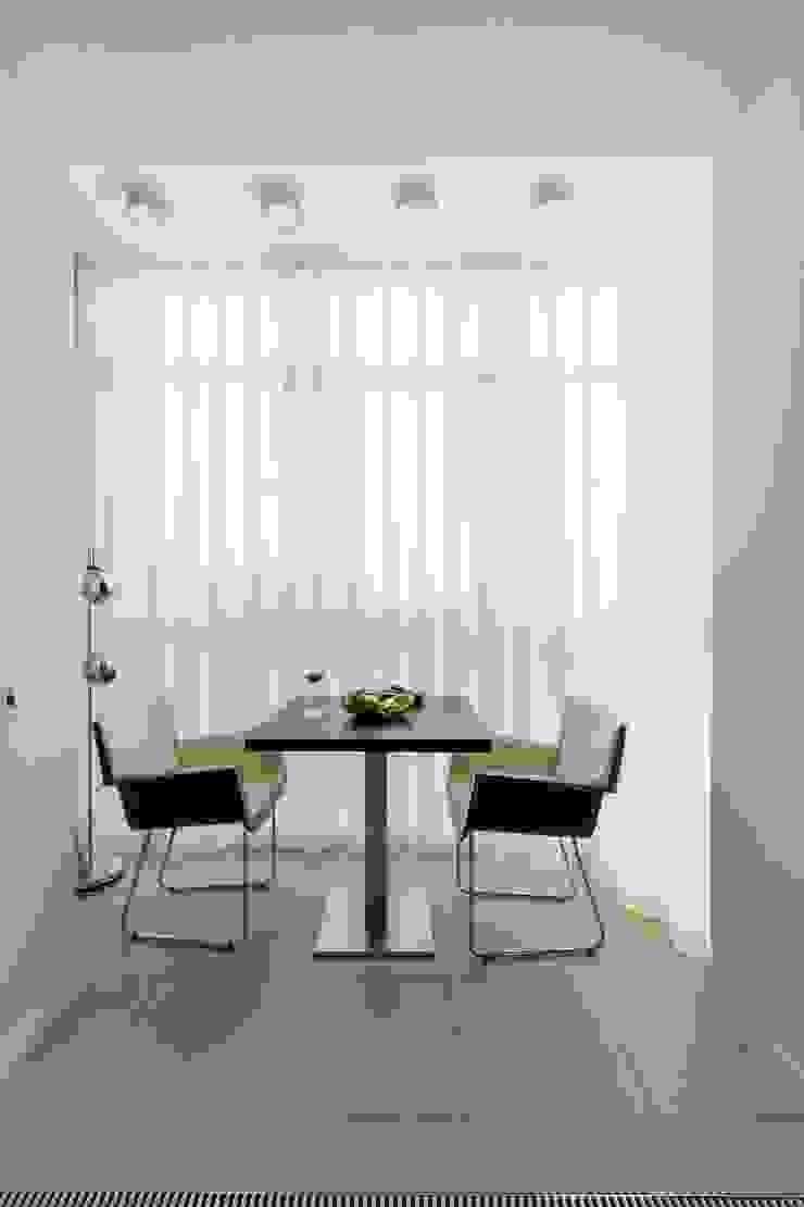 Квартира 89 м2, в жилом комплексе <q>Английский квартал</q> Балконы и веранды в эклектичном стиле от Дизайн-бюро Галины Микулик Эклектичный