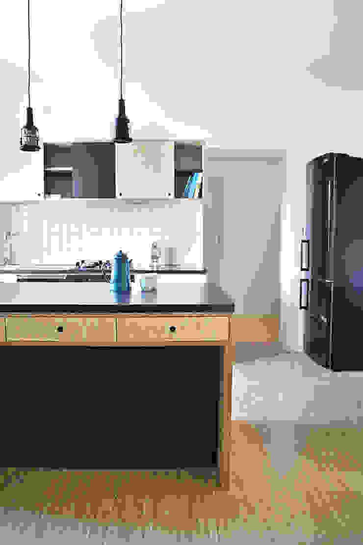 Mieszkanie studenckie Industrialna kuchnia od PB/STUDIO Industrialny