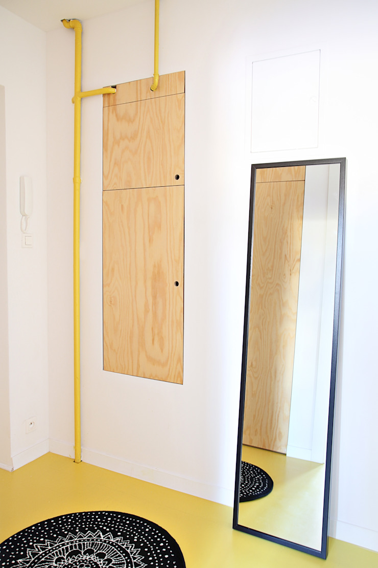 Mieszkanie studenckie Industrialny korytarz, przedpokój i schody od PB/STUDIO Industrialny