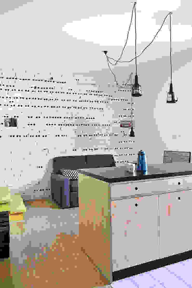 Mieszkanie studenckie Industrialny salon od PB/STUDIO Industrialny