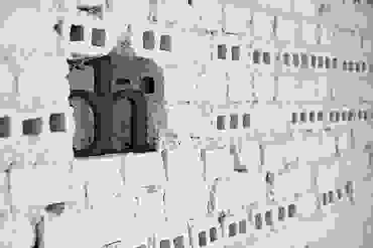 Mieszkanie studenckie Industrialne ściany i podłogi od PB/STUDIO Industrialny