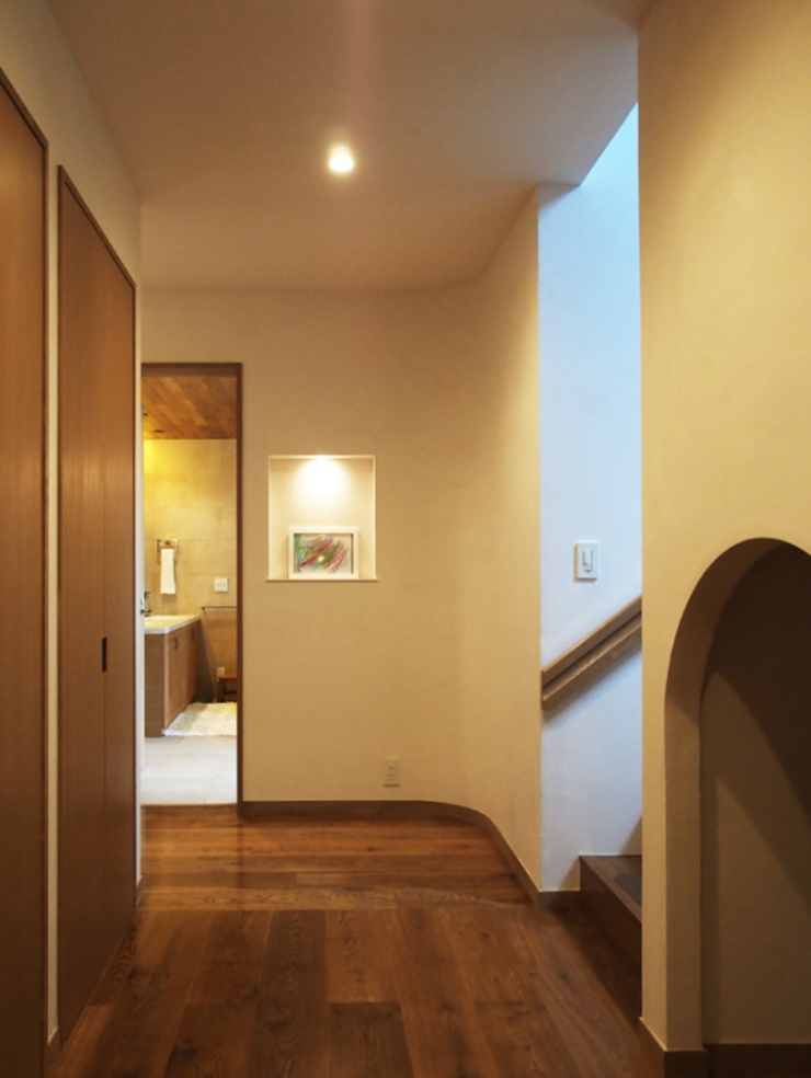 Eclectic corridor, hallway & stairs by 株式会社エキップ Eclectic