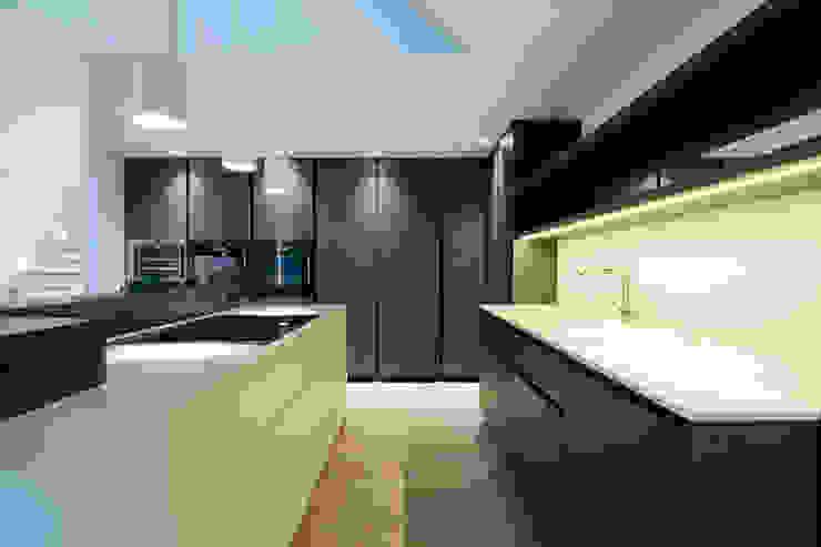 Penthouse B Moderne Küchen von destilat Design Studio GmbH Modern