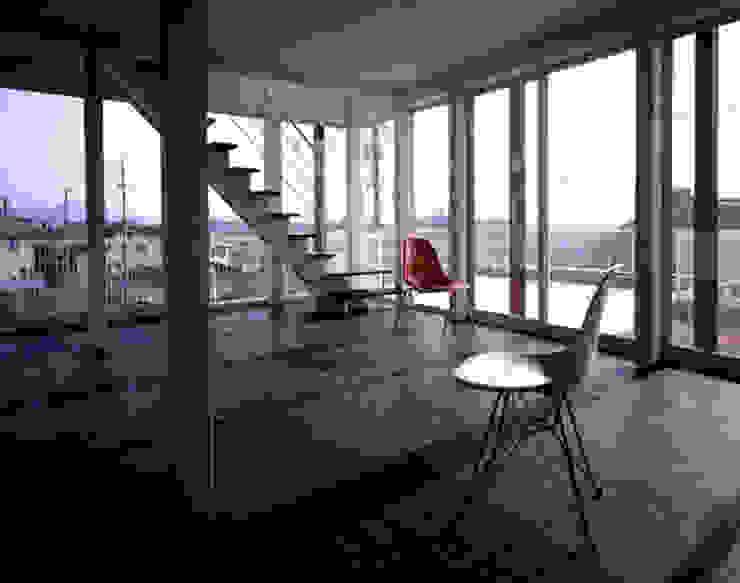 「育てる家 」 モダンデザインの リビング の 有限会社アルキプラス建築事務所 モダン