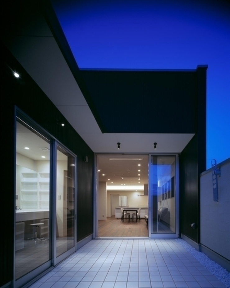 有限会社アルキプラス建築事務所 Balcones y terrazas de estilo moderno