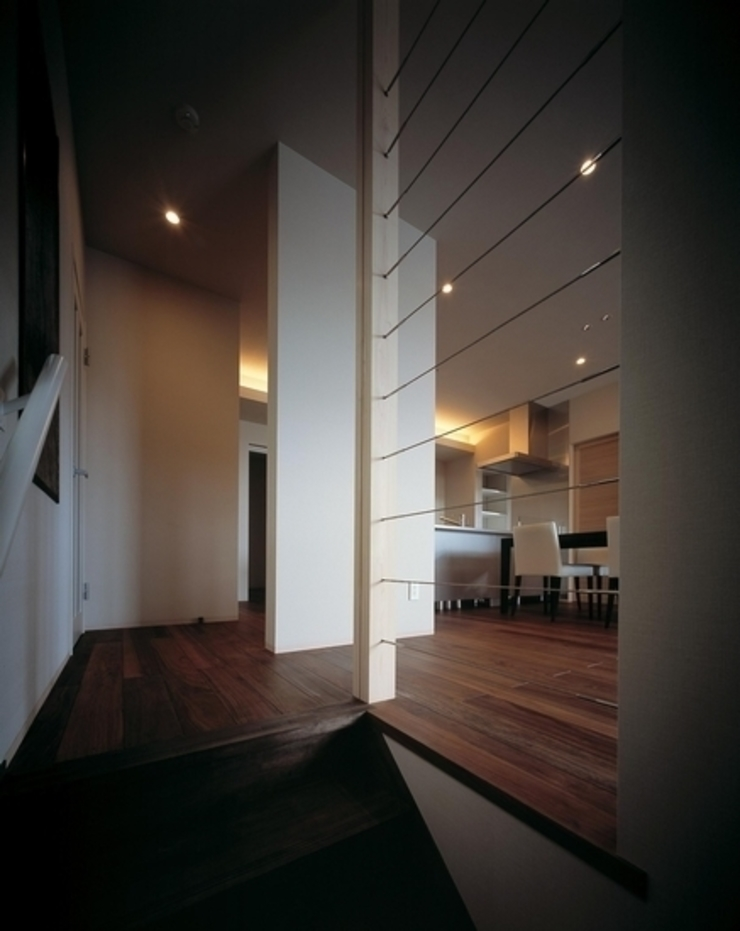 有限会社アルキプラス建築事務所 Pasillos, vestíbulos y escaleras de estilo moderno