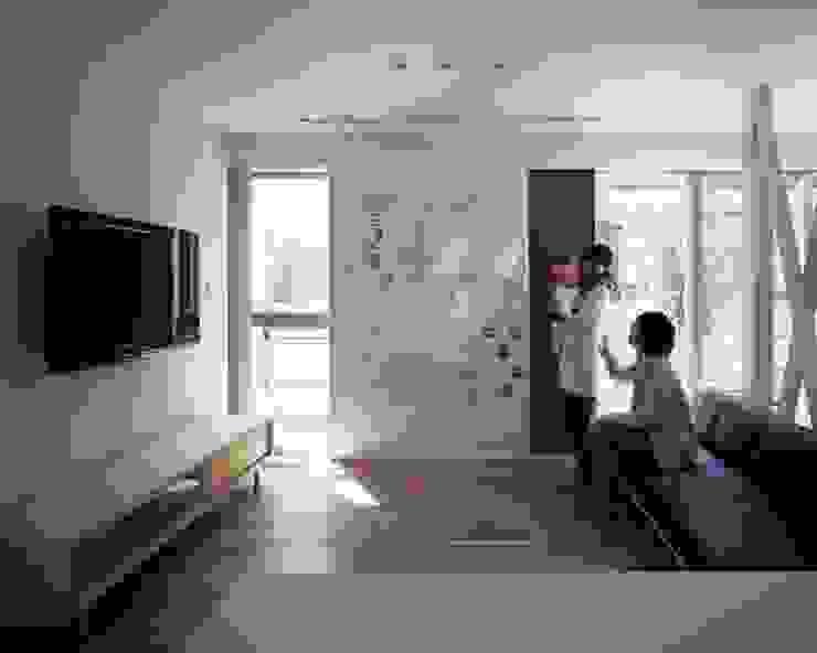 Salon moderne par 有限会社アルキプラス建築事務所 Moderne