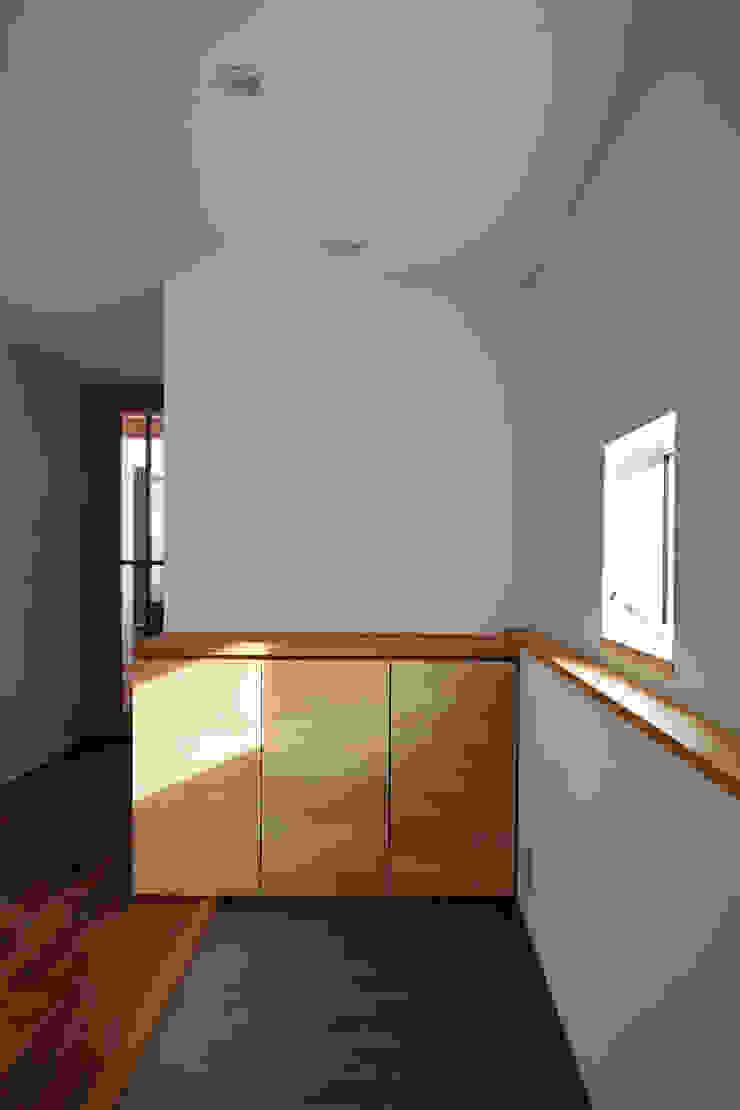 1級建築士事務所 アトリエ フーガ 斯堪的納維亞風格的走廊,走廊和樓梯