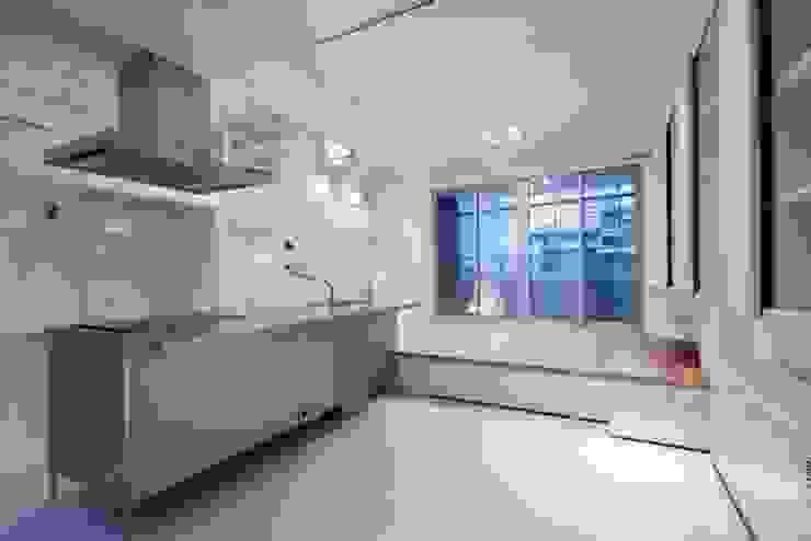 Salones modernos de 有限会社アルキプラス建築事務所 Moderno