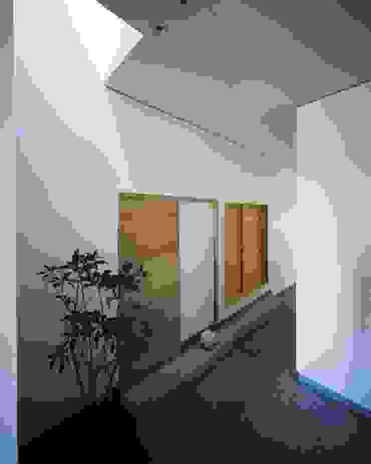 ห้องโถงทางเดินและบันไดสมัยใหม่ โดย 有限会社アルキプラス建築事務所 โมเดิร์น