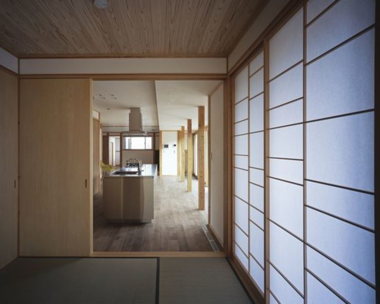 Dormitorios de estilo moderno de 有限会社アルキプラス建築事務所 Moderno