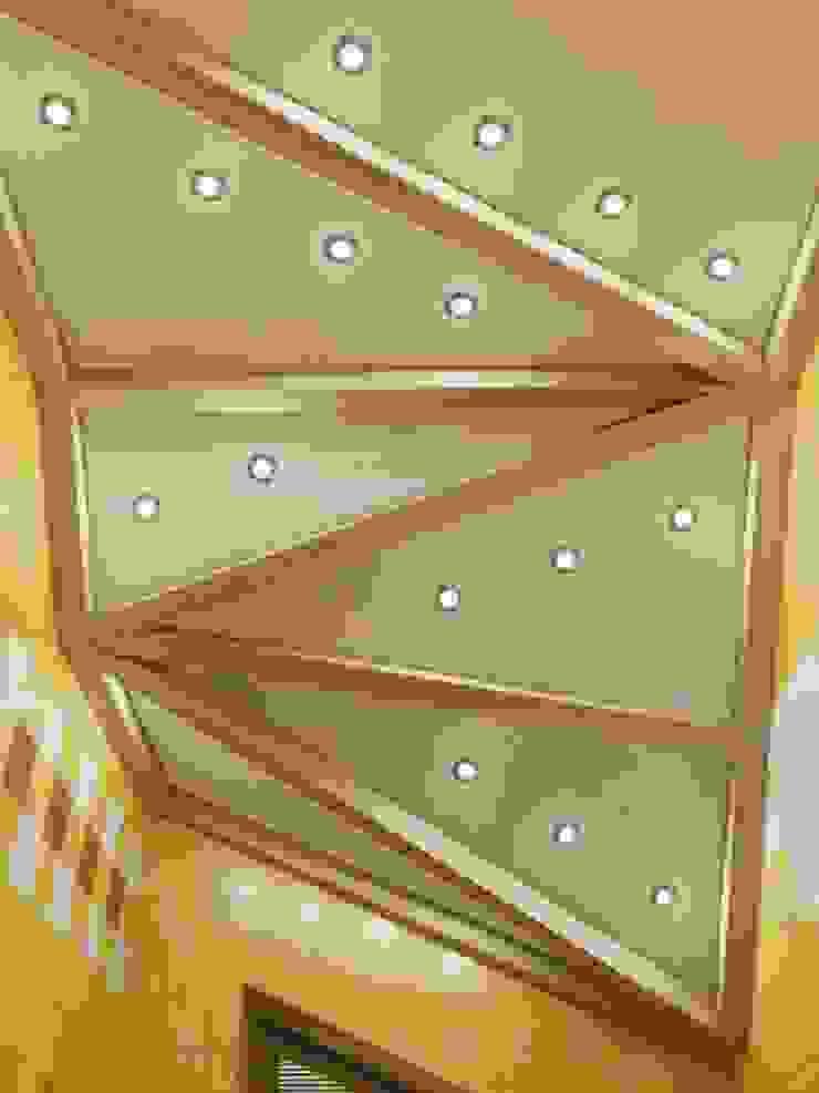 Baños de estilo ecléctico de Студия дизайна интерьера 'Золотое сечение' Ecléctico Madera Acabado en madera