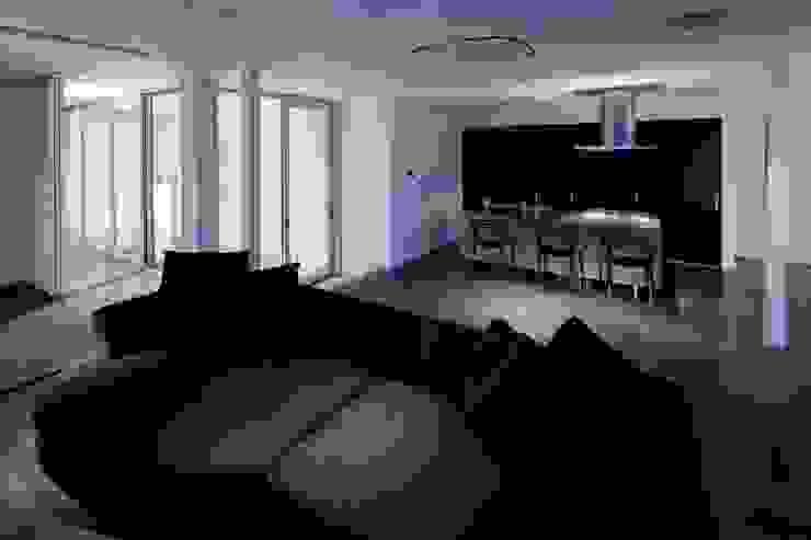 Столовая комната в стиле модерн от 有限会社アルキプラス建築事務所 Модерн