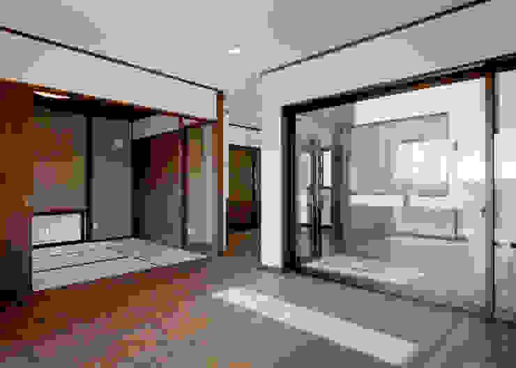 リビング・和室・中庭面 和風デザインの リビング の KEN-空間設計 和風
