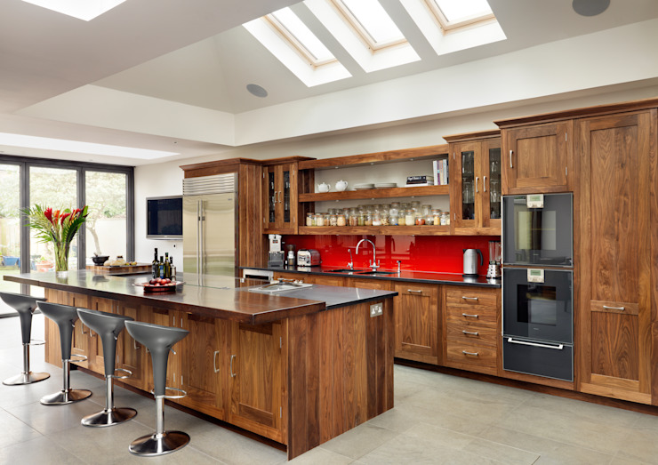 Walnut Shaker kitchen by Harvey Jones Kitchens Harvey Jones Kitchens ห้องครัว