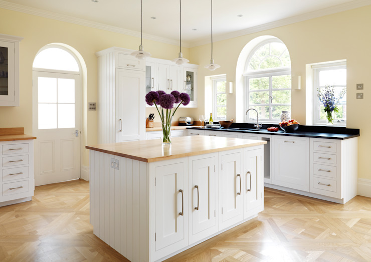 Painted Shaker kitchen by Harvey Jones Klasik Mutfak Harvey Jones Kitchens Klasik