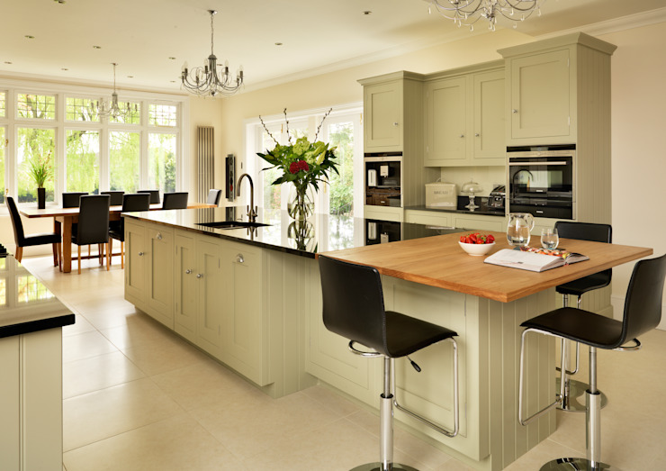 Painted Shaker kitchen by Harvey Jones Cozinhas clássicas por Harvey Jones Kitchens Clássico
