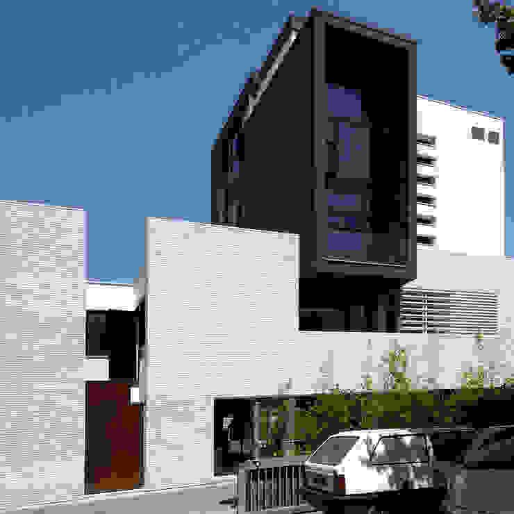 Palazzina Stilmoda, Edificio residenziale ed attività commerciale, Lignano Sabbiadoro, Udine, Italia ARCABI ASSOCIATES Case moderne