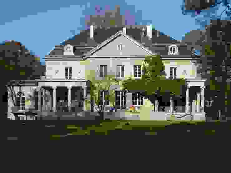 Nach der Sanierung strahlt die Fassade in altem Glanz Klassische Häuser von Atelier von Wecus Klassisch