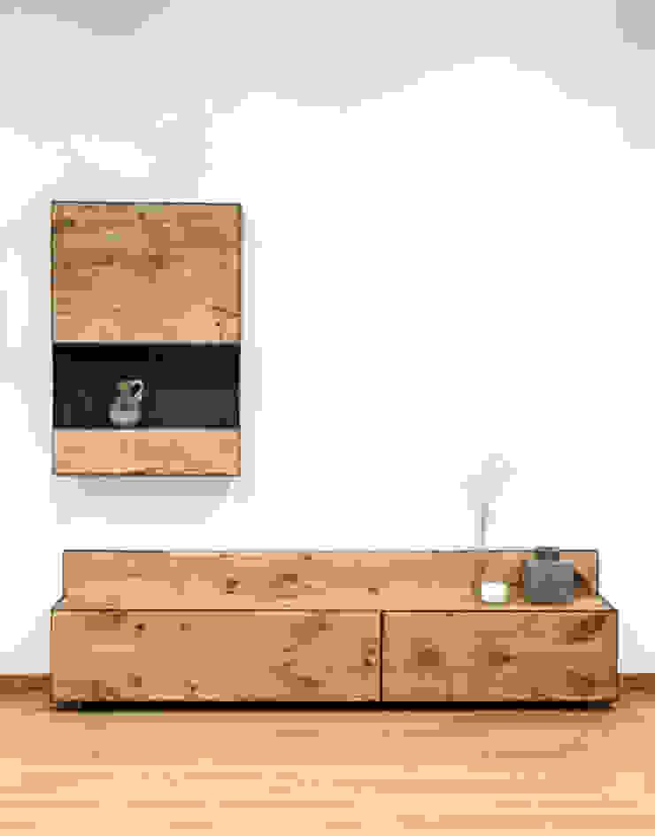 Mueble para salón en madera maciza y acero:  de estilo industrial de Cube Deco, Industrial