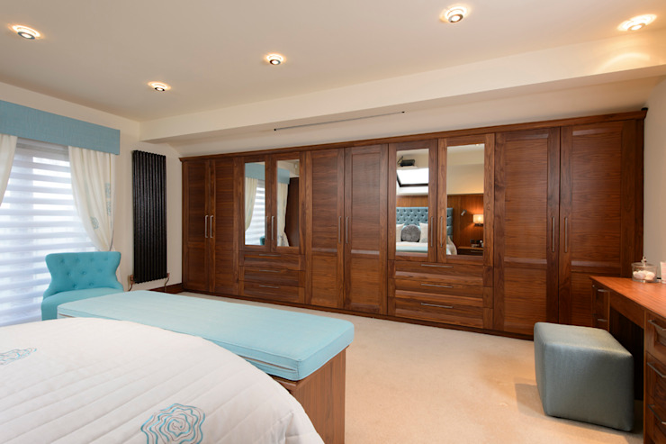 Mr & Mrs Swan's Bespoke Walnut Bedroom Quartos clássicos por Room Clássico