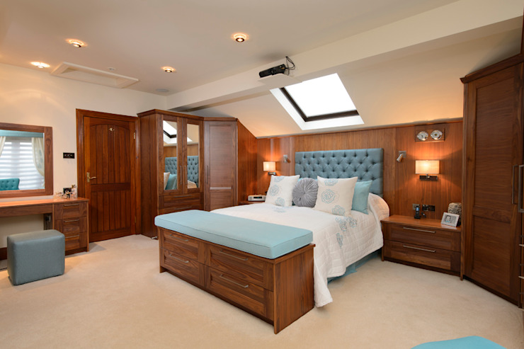 Mr & Mrs Swan's Bespoke Walnut Bedroom Dormitorios clásicos de Room Clásico