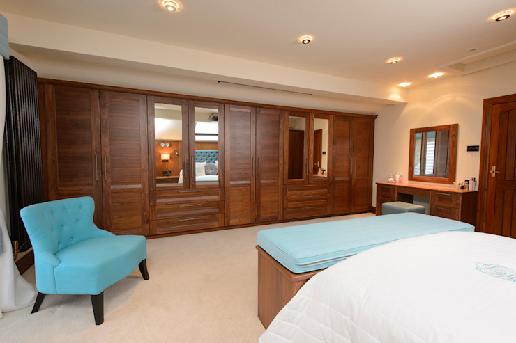 Mr & Mrs Swan's Bespoke Walnut Bedroom من Room كلاسيكي