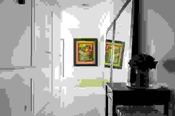 Квартира 120 кв.м. на ул. Комарова, Москва Коридор, прихожая и лестница в эклектичном стиле от Дизайн-бюро Галины Микулик Эклектичный