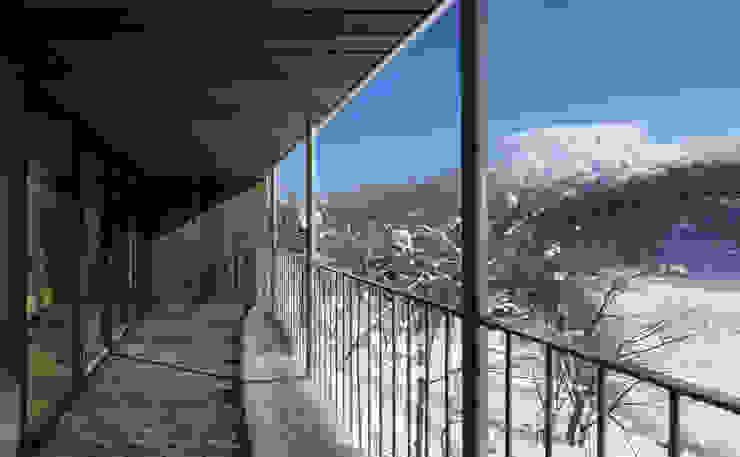 ヒココニシアーキテクチュア株式会社 Modern style balcony, porch & terrace